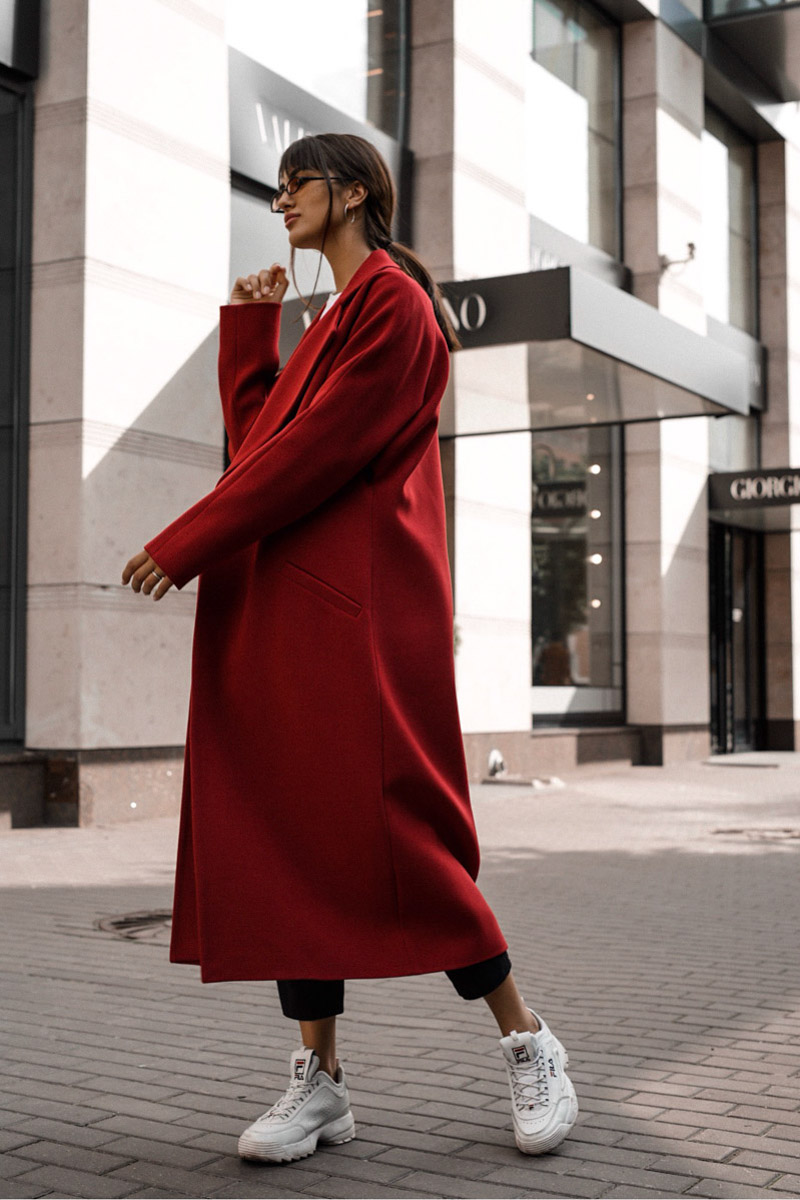 пальто цвета кардинал